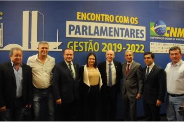 Mais de 200 parlamentares se comprometem com a pauta dos Municípios