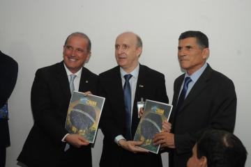 Presidentes da CNM e das entidades estaduais entregam pauta a ministros e subchefes do governo