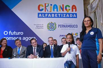 Paulo Câmara sanciona lei que oficializa o Programa Criança Alfabetizada