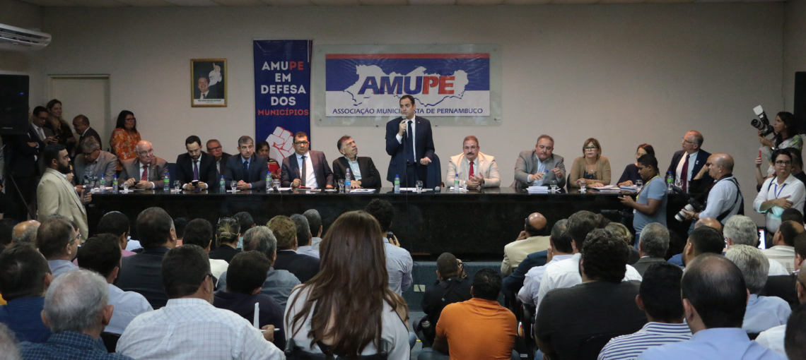 Com a presença do governador Paulo Câmara, assembleia da Amupe tem saldo positivo. R$ 25,7 milhões em repasses de verbas aos municípios.
