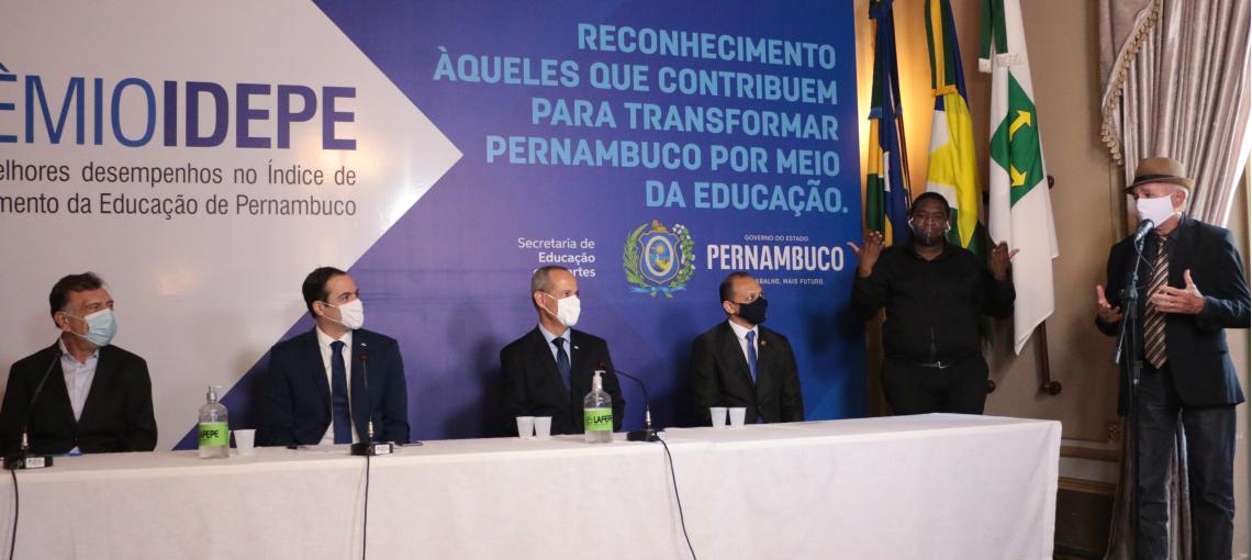"""""""Na medida que o município faz sua tarefa, o Estado recebe alunos mais preparados"""", diz José Patriota em cerimônia do prêmio Idepe"""